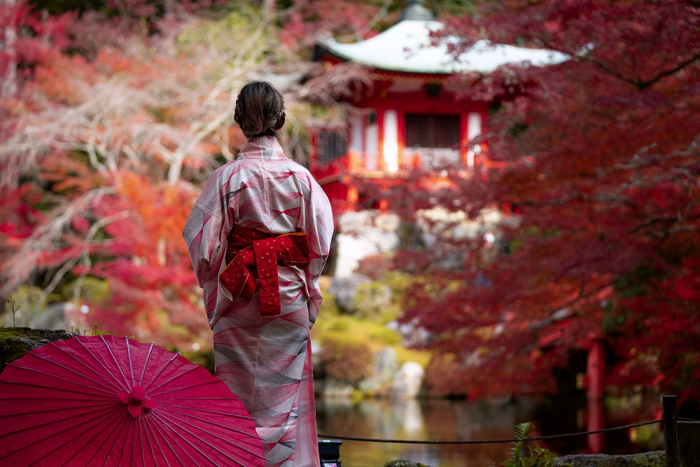 Young Japanese girl traveller in traditional kimino dress standi